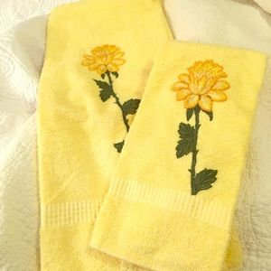1960s set of perfect like new appliqué towels